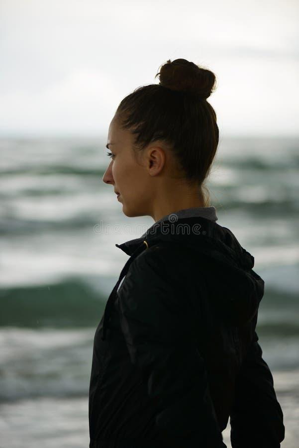 Portrait d'une jeune femme sur une plage image stock