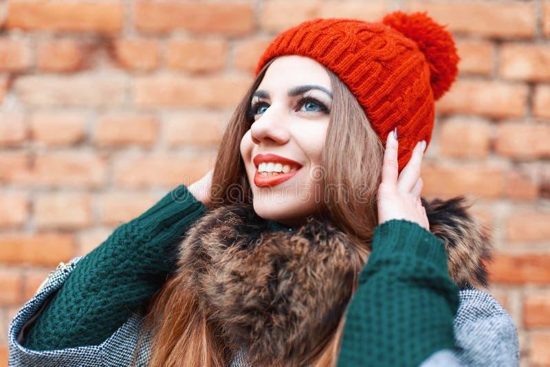 Portrait d'une jeune femme très heureuse Attente d'un miracle photos libres de droits