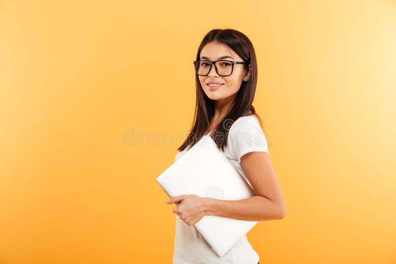 Portrait d'une jeune fille asiatique sûre dans l'eyewear photos libres de droits