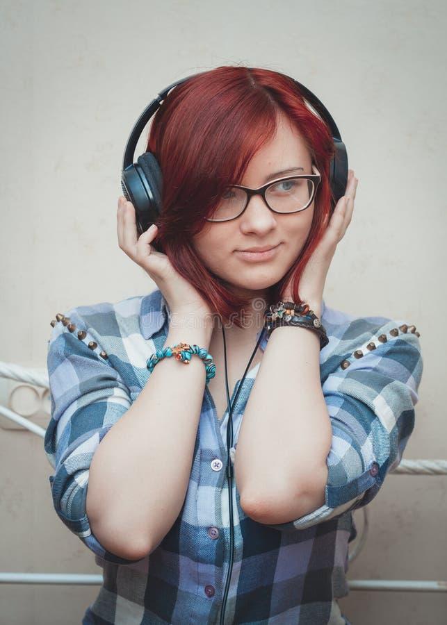 Portrait d'une jeune fille avec des écouteurs images libres de droits