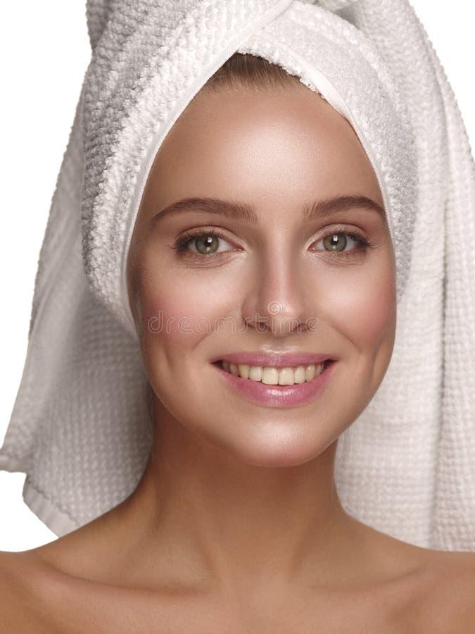 Portrait d'une jeune fille avec la peau rougeoyante pure, saine, lisse et naturelle sans tout maquillage, qui fait des soins de l images stock