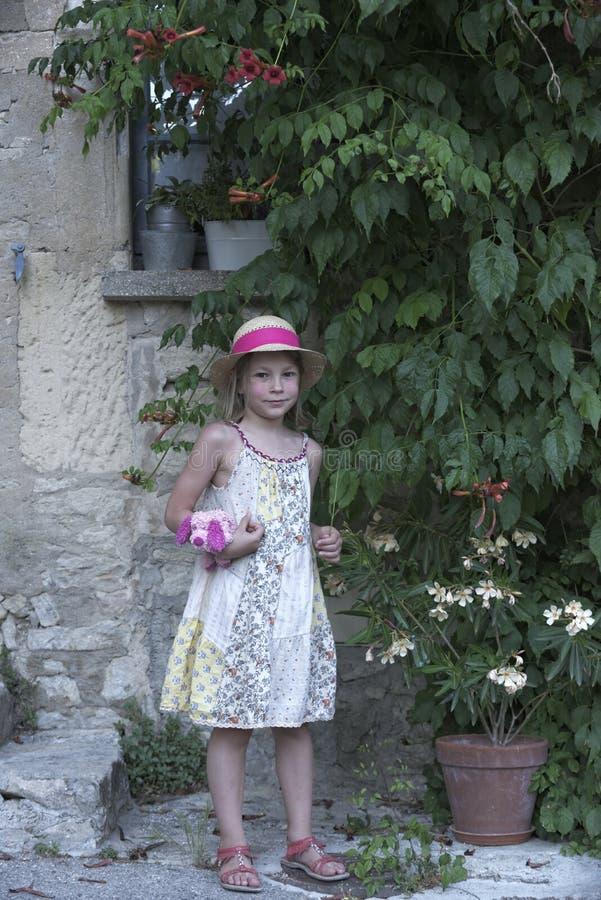 Portrait d'une jeune fille dans la robe florale en Provence photos stock