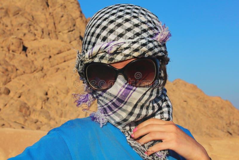 Portrait d'une jeune fille dans une écharpe photo stock