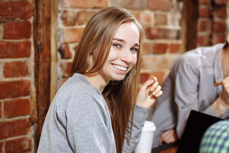 Portrait d'une jeune fille de sourire dans un café photos libres de droits