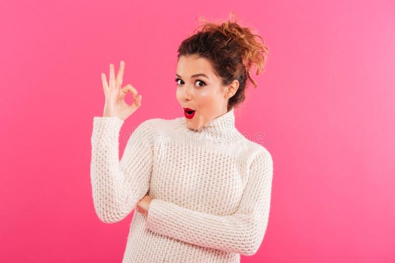 Portrait d'une jeune fille enthousiaste montrant le geste correct photographie stock