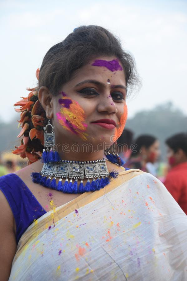 Portrait d'une jeune fille jouant le holi avec des couleurs et gulal image libre de droits