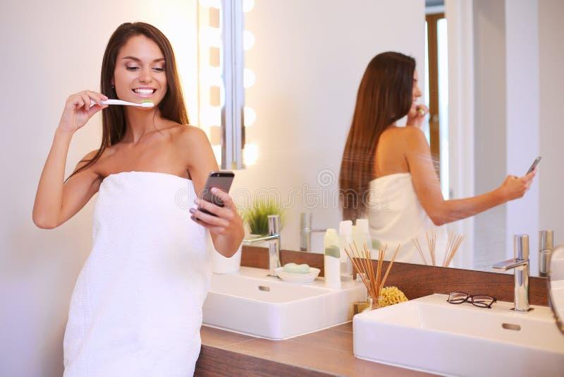 Portrait d'une jeune fille nettoyant ses dents image stock