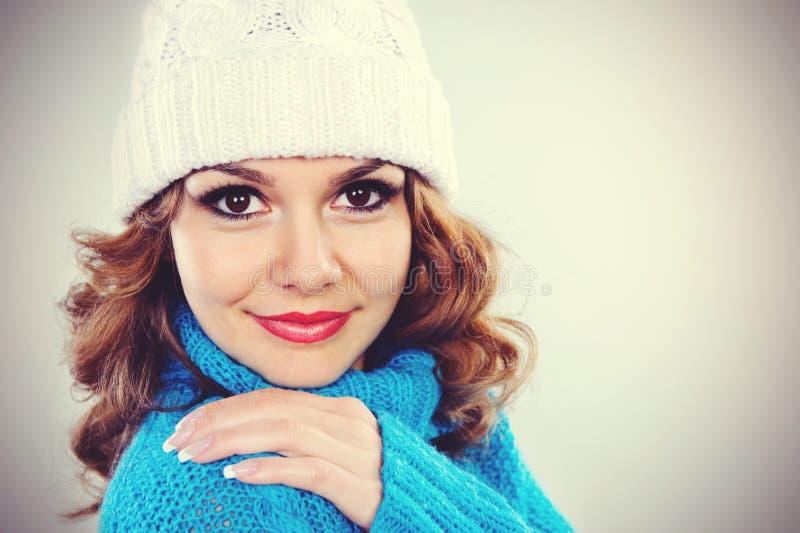 Portrait d'une jeune jolie femme dans le chapeau blanc dans le studio image stock
