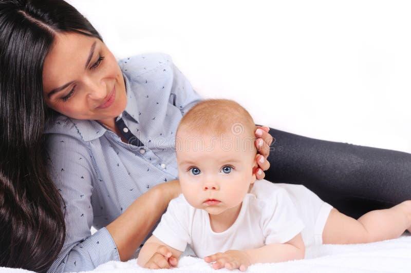 Portrait d'une jeune mère heureuse près de bébé mignon photo stock