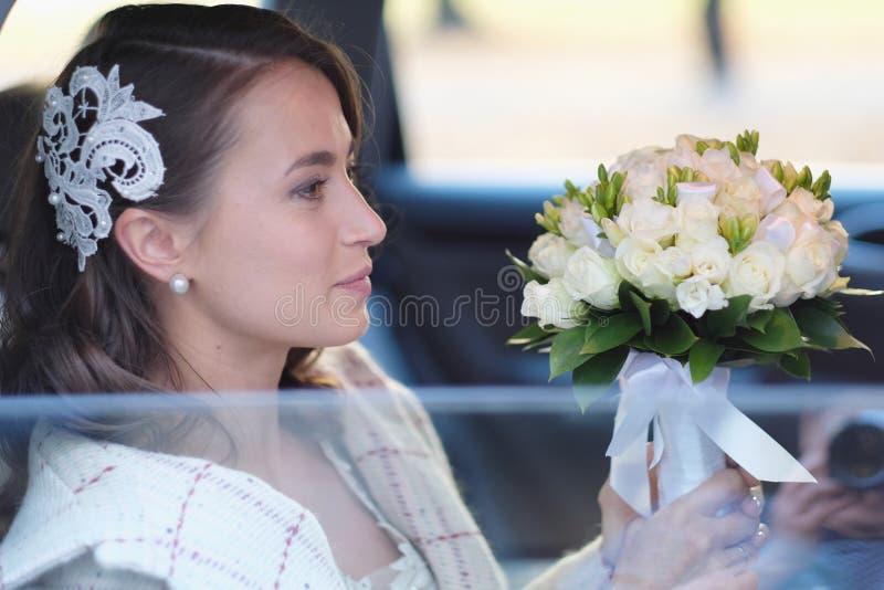 Portrait d'une jeune mariée dans une limousine de mariage photos libres de droits