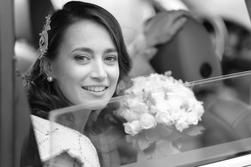 Portrait d'une jeune mariée dans une limousine de mariage photographie stock