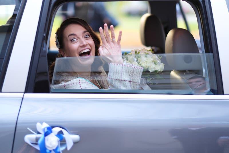 Portrait d'une jeune mariée dans une limousine de mariage images libres de droits