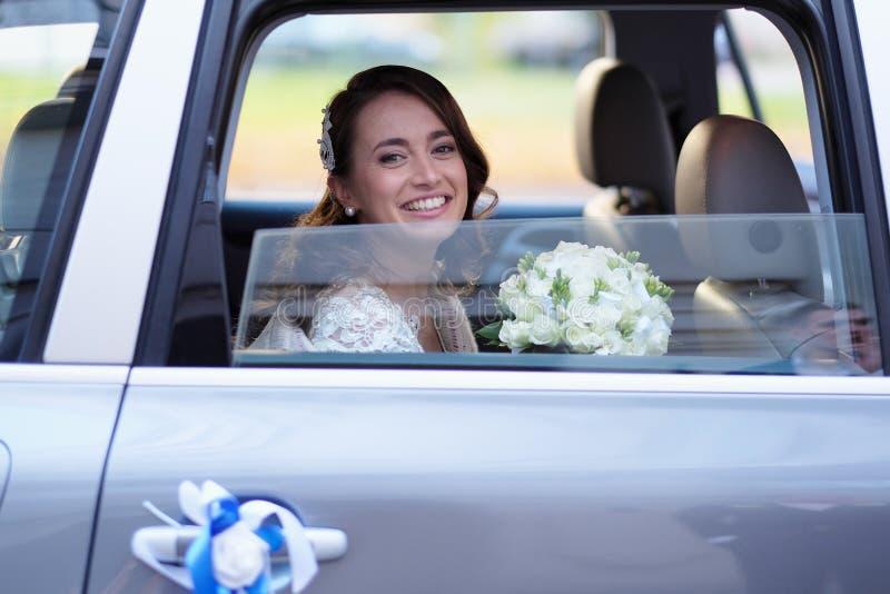 Portrait d'une jeune mariée dans une limousine de mariage images stock