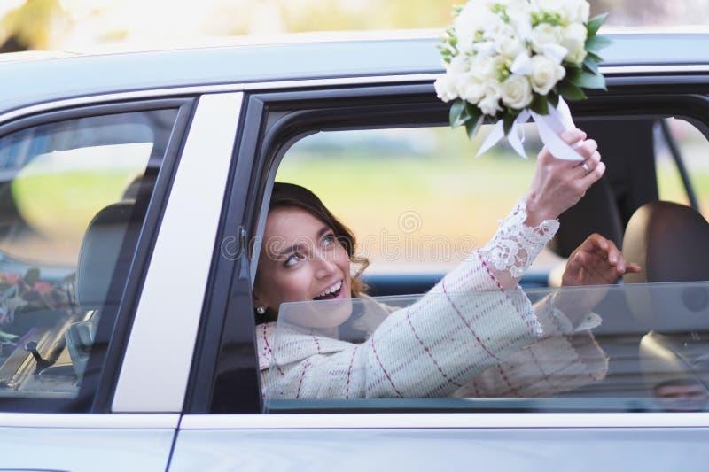 Portrait d'une jeune mariée dans une limousine de mariage photographie stock libre de droits