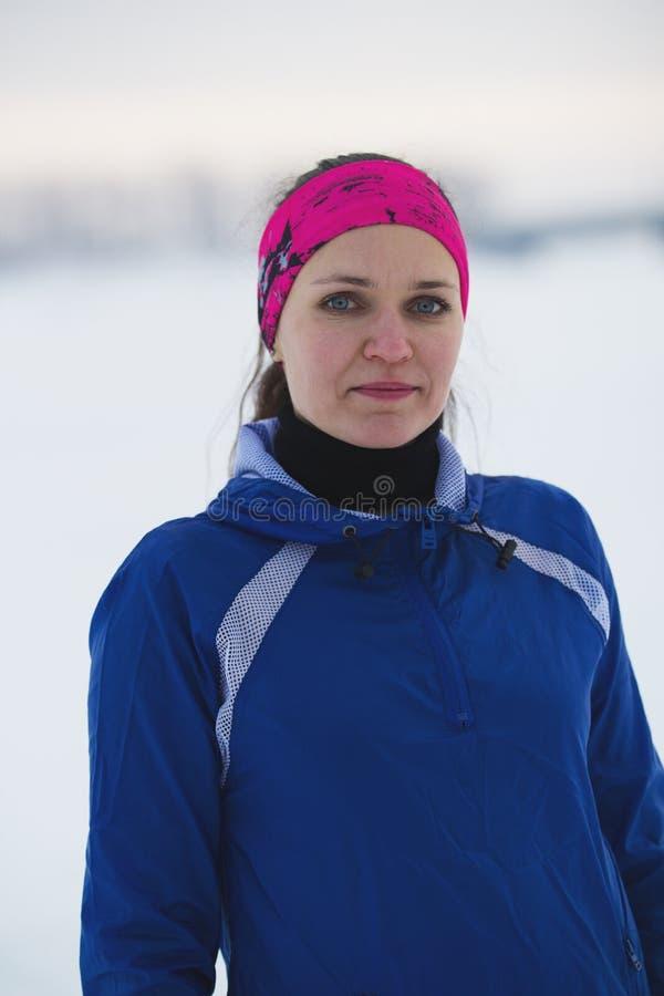 Portrait d'une jeune sportive féminine en rivière de glace d'hiver photos libres de droits