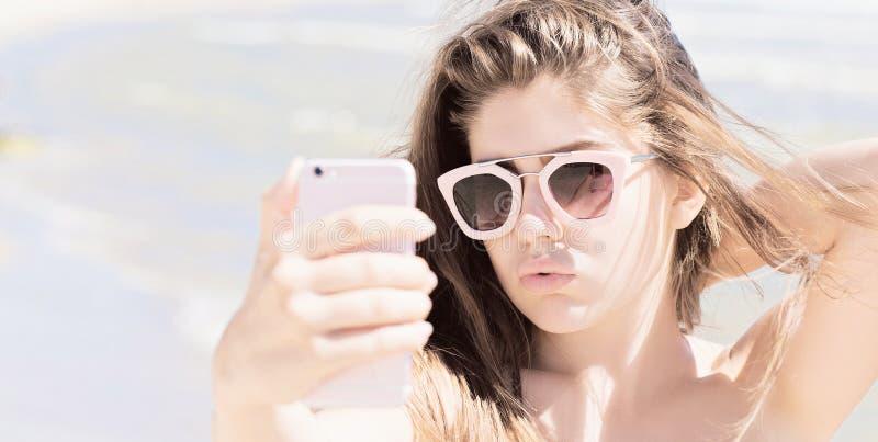 Portrait d'une jolie adolescente avec de longs cheveux et lunettes de soleil images libres de droits