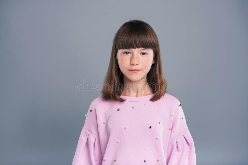 Portrait d'une jolie adolescente avec des taches de rousseur photos libres de droits