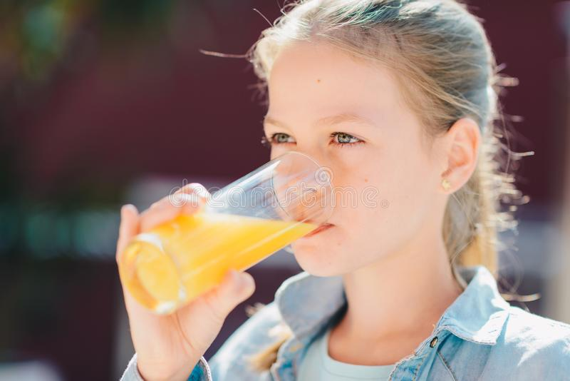 Portrait d'une jolie adolescente jugeant de verre avec l'orang-outan savoureux photos stock