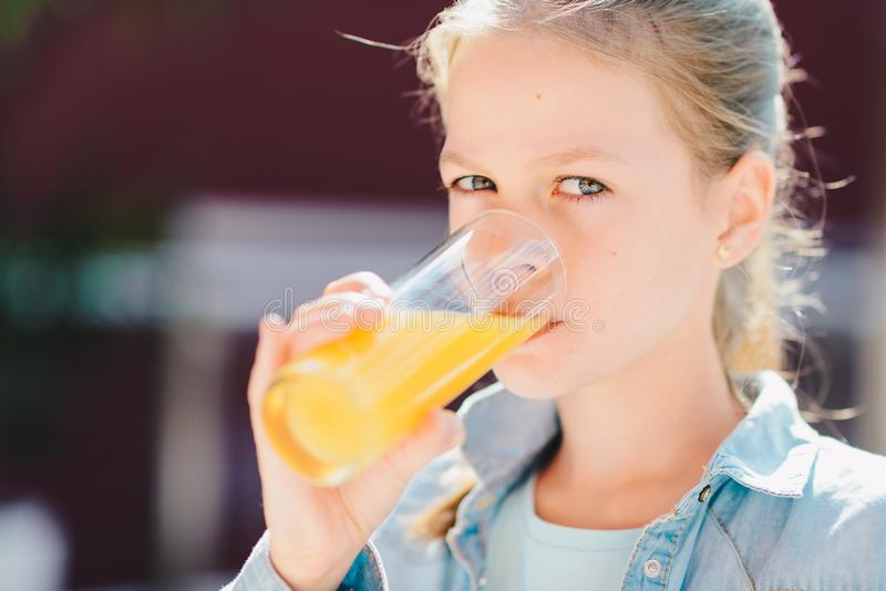 Portrait d'une jolie adolescente jugeant de verre avec l'orang-outan savoureux images libres de droits