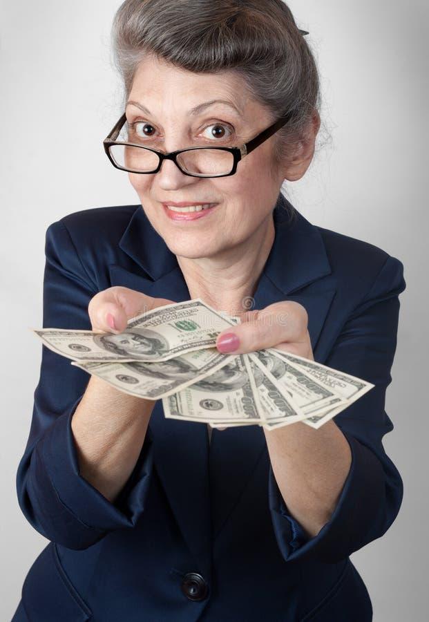 Portrait d'une jolie femme agée avec l'argent photo stock