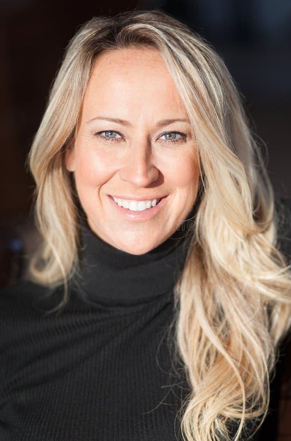 Portrait d'une jolie gentille femme blonde Elle est sûre et passionnée image stock