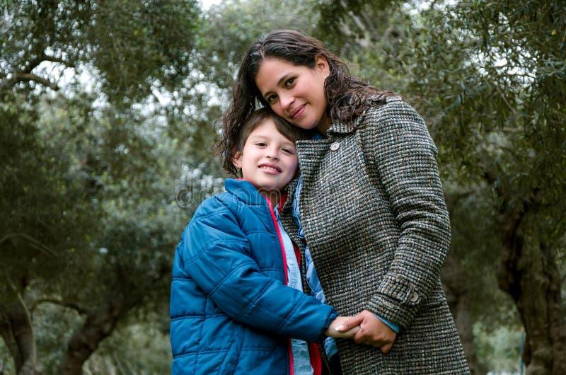 Portrait d'une mère avec son adolescent de fils Tendresse, amour photos libres de droits