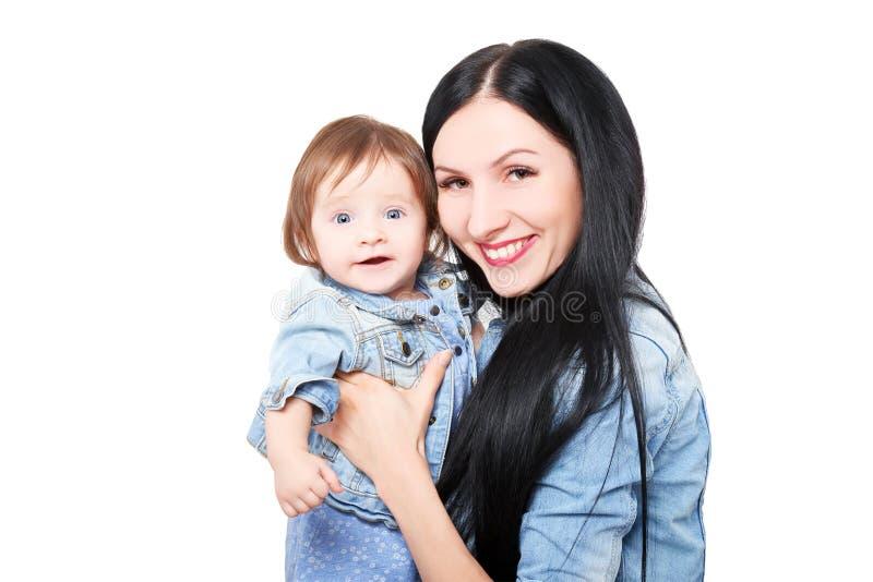 Portrait d'une mère heureuse avec sa fille mignonne photographie stock