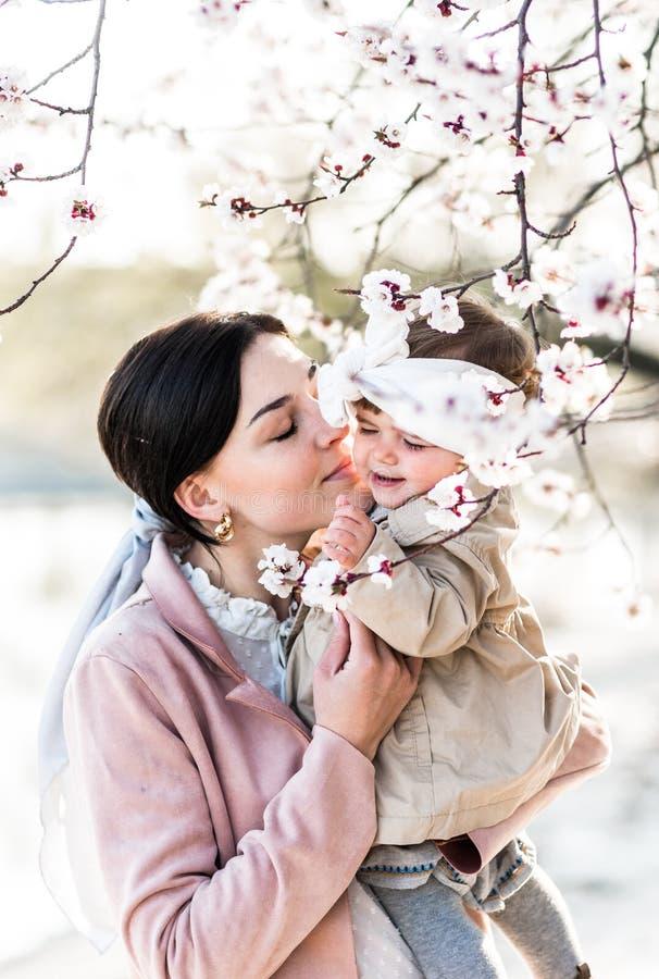 Portrait d'une maman heureuse avec une petite fille dans des ses bras photographie stock