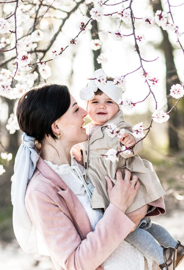 Portrait d'une maman heureuse avec une petite fille, dehors photos libres de droits
