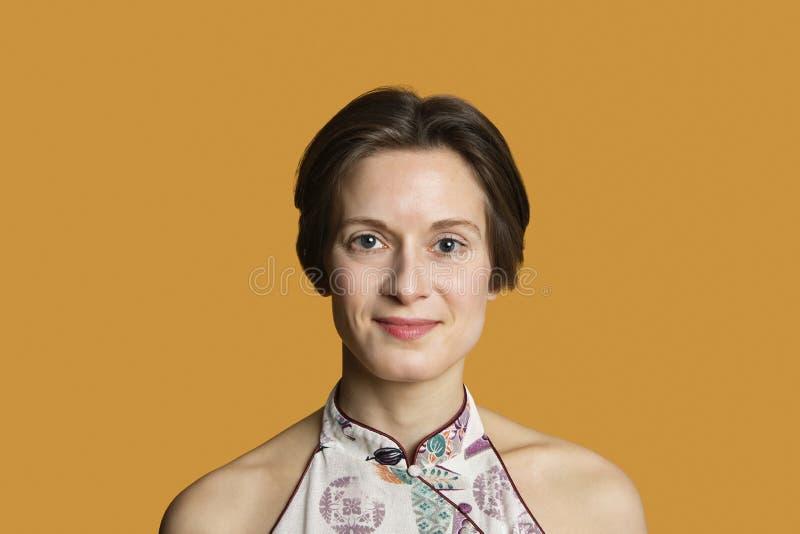 Portrait d'une mi femme adulte heureuse au-dessus de fond coloré photographie stock