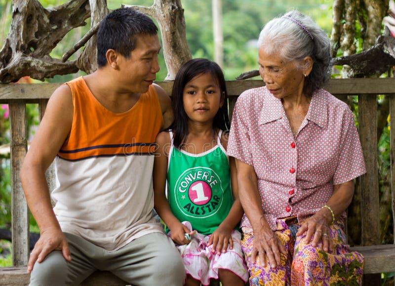 Portrait d'une pauvre famille dans le village de Kuching, Malaisie photo stock