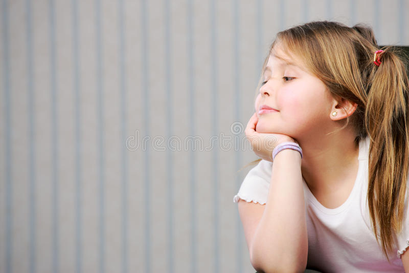 Portrait d'une petite belle fille photos stock
