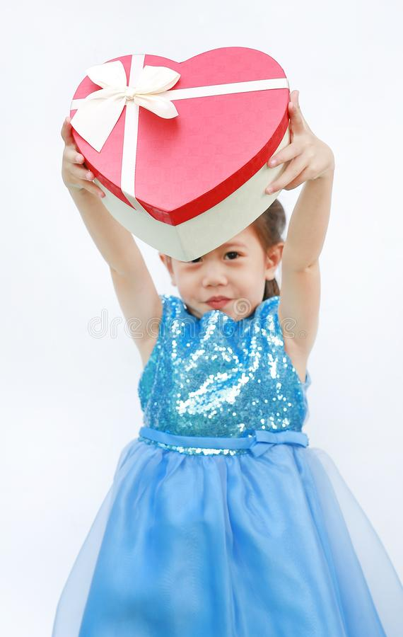 Portrait d'une petite fille asiatique mignonne d'enfant avec le boîte-cadeau rouge de coeur pour le festival de Valentine d'isole photos libres de droits