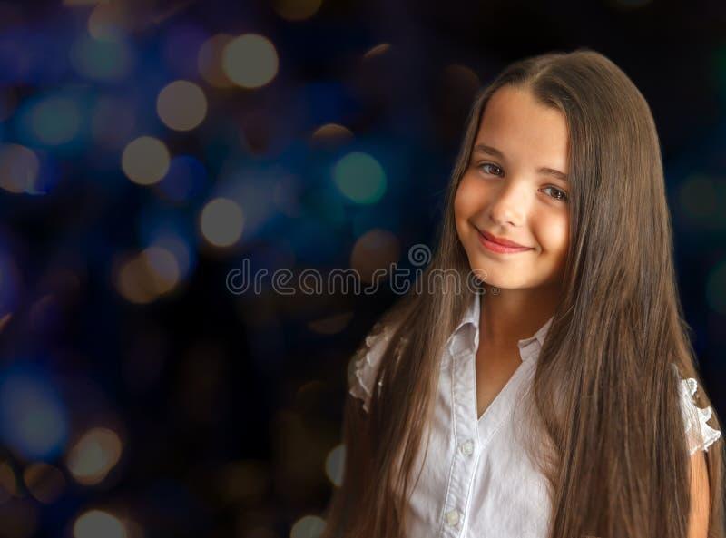 Portrait d'une petite fille avec de longs cheveux images libres de droits