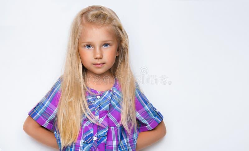 Portrait d'une petite fille avec de longs cheveux blonds photos stock