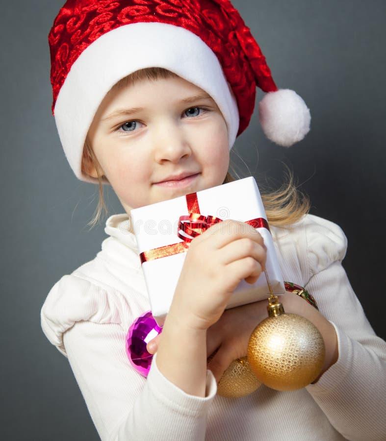 Portrait d'une petite fille avec du charme dans le chapeau de Santa photographie stock libre de droits