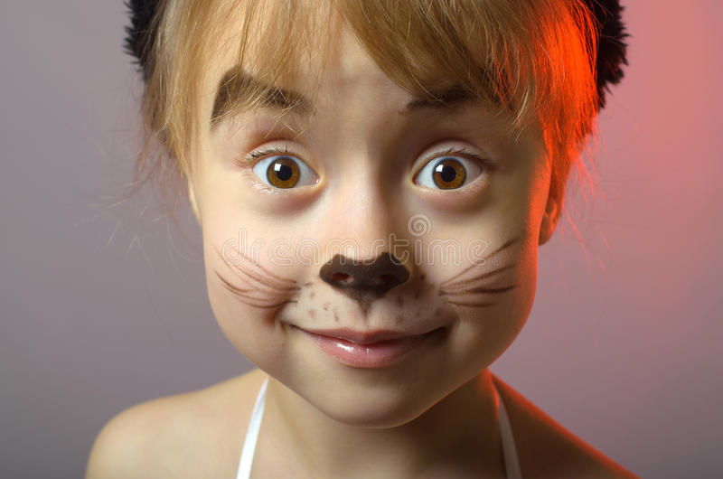portrait d 39 une petite fille avec le maquillage de chat sur un fond gris photo stock image du. Black Bedroom Furniture Sets. Home Design Ideas