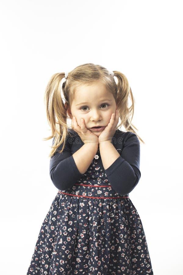 Portrait d'une petite fille blonde pensive photo libre de droits