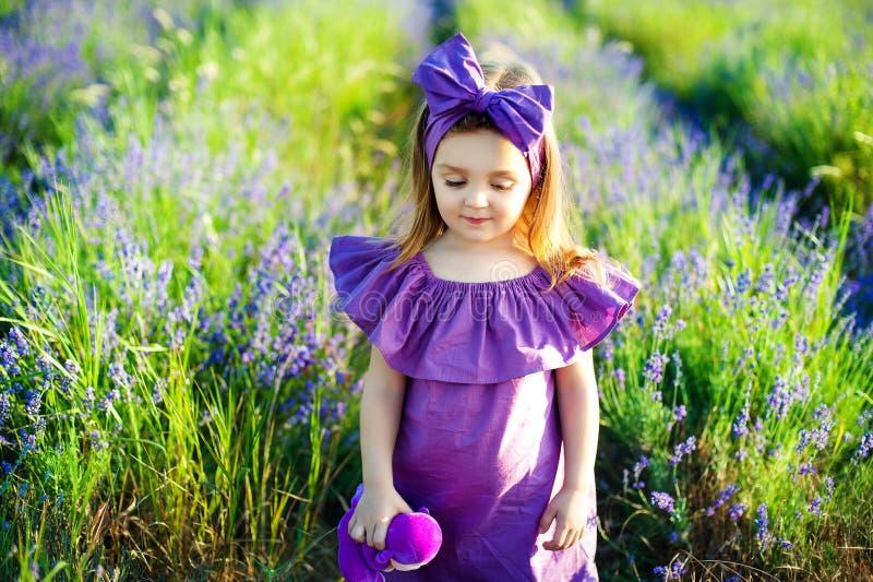 Portrait d'une petite fille bouclée triste photo libre de droits