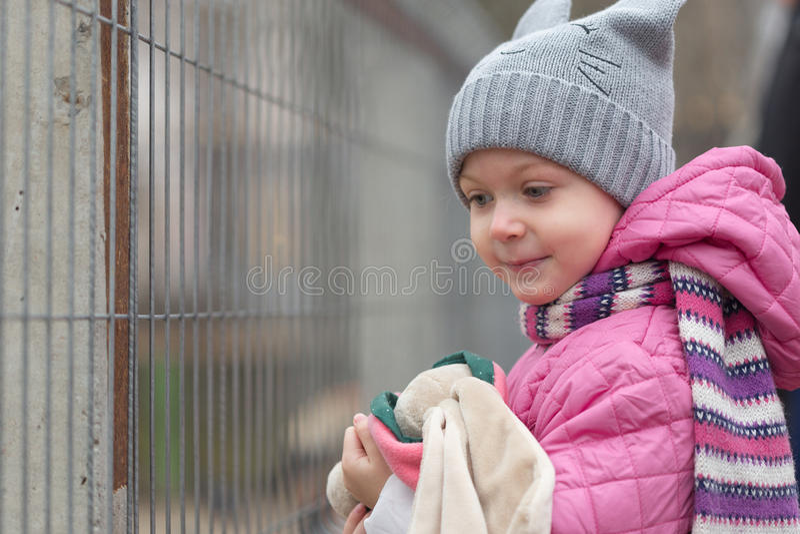 Portrait d'une petite fille dans un capot photos stock