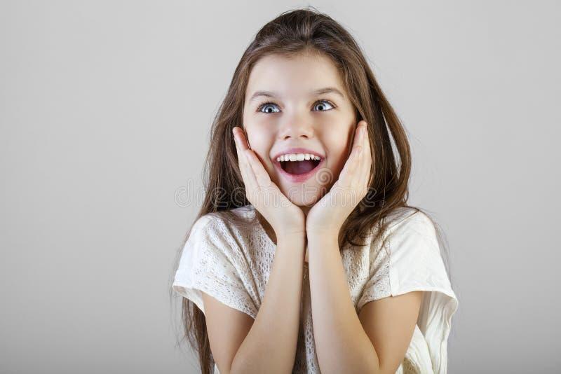 Portrait d'une petite fille de brune avec du charme images stock