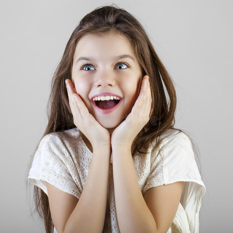 Portrait d'une petite fille de brune avec du charme photographie stock