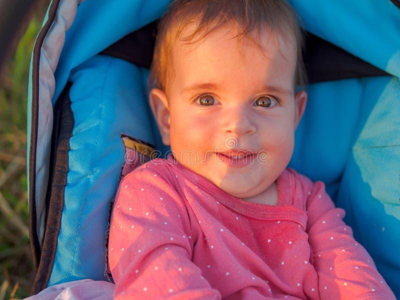 Portrait d'une petite fille heureuse dans un parc dans le temps de coucher du soleil image libre de droits