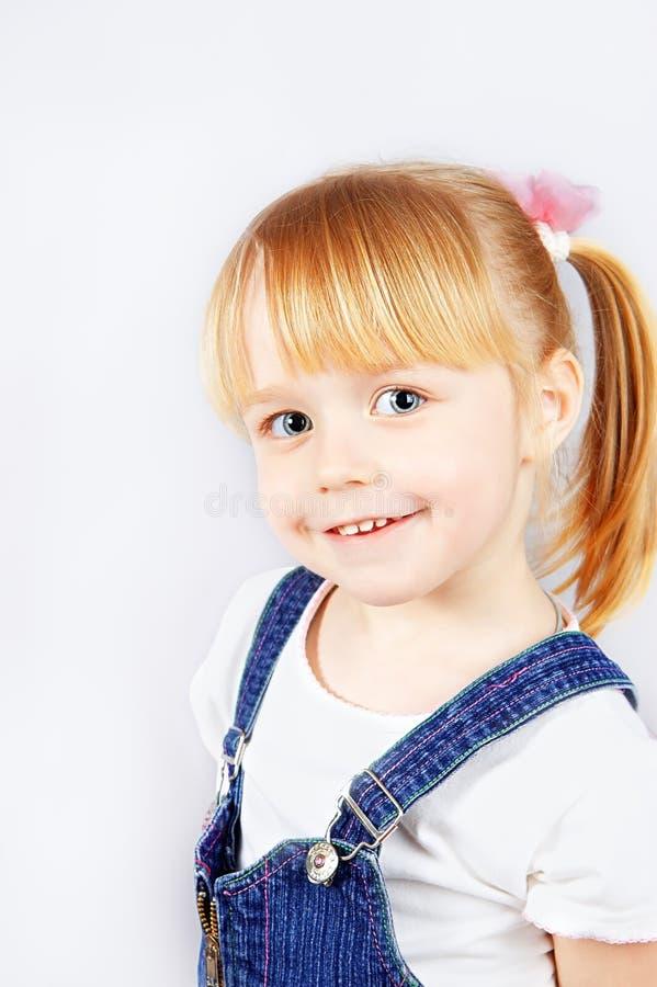 Portrait d'une petite fille mignonne image stock