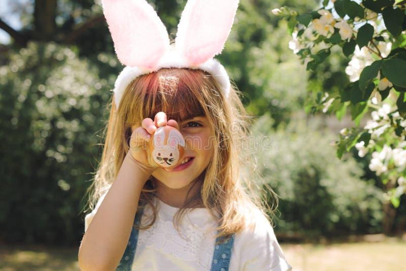 Portrait d'une petite fille montrant un oeuf de pâques peint image stock