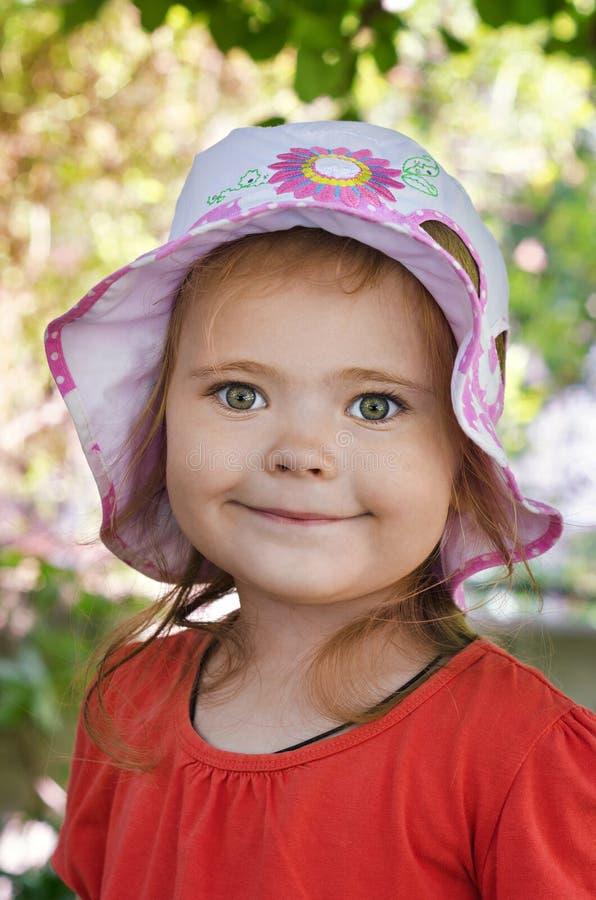 Portrait d'une petite fille pendant l'été photo stock