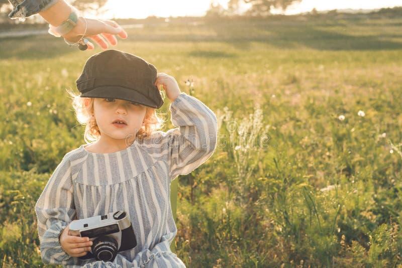Portrait d'une petite fille prenant des photos avec une caméra Concept du jeu d'enfants image libre de droits