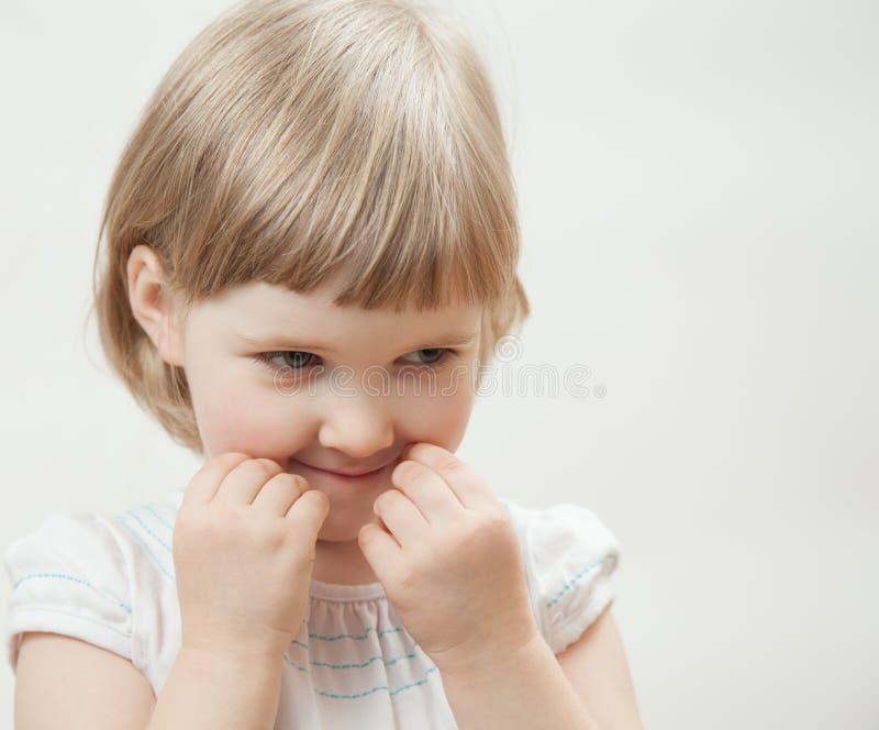 Portrait d'une petite fille vilaine photographie stock