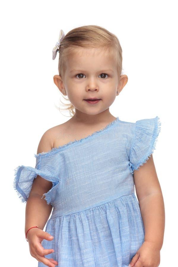 Portrait d'une position adorable de bébé de 2 années photos libres de droits