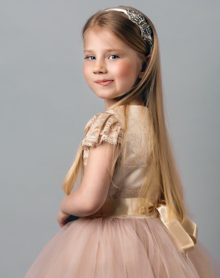 Portrait d'une princesse sur un fond bleu photo stock
